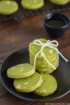 Enjoy your afternoon tea with these buttery, crispy Green Tea Cookies with Matcha powder. The unique flavor of matcha in the cookies is surp. Matcha Cookies, Japanese Sweets, Japanese Food, Japanese Cookies, Desserts Japonais, Cookies Receta, Brownie Cookies, Cupcake Cookies, Snacks