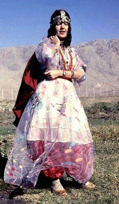 Scandinavian lady in Kurdish costume. Jli Kurdi, Baghdad Iraq, Persian Culture, Kurdistan, Elements Of Art, Mother And Child, Traditional Dresses, Costumes, Bride
