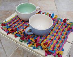 Ingeniosos y originales individuales de mesa realizados con camisetas viejas.