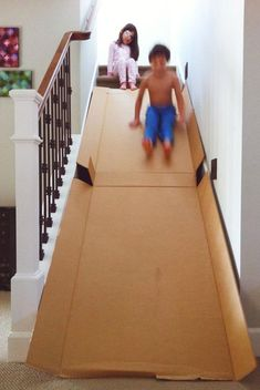 Cardboard stair slide Why didn't we ever think of that? or just do it simply by sitting on a cardboard box and slide down on top of the stairs.- Less cardboard. Diy Kids Room, Diy For Kids, Cool Kids, Crafts For Kids, Kids Fun, Crafts For Rainy Days, Forts For Kids, Things To Do With Kids On A Rainy Day, Projects For Kids