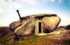 Casa de Piedra en Guimarães, Portugal    En plena Sierra de Fafe, entre la ciudad del mismo nombre y Celorico de Basto, situada en la región norte de Portugal, se encuentra una misteriosa y extraña casa de piedra. Construida entre cuatro rocas gigantes, la Casa do Penedo se comenzó a construir en la Primavera de 1972, y fue terminada dos años más tarde.