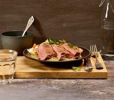 Die würzige Senf-Kräuter-Sauce harmoniert wunderbar mit dem feinen Rindfleisch. Food And Drink, Meals, Chef Recipes, Roasts, Koken, Power Supply Meals, Meal, Lunches