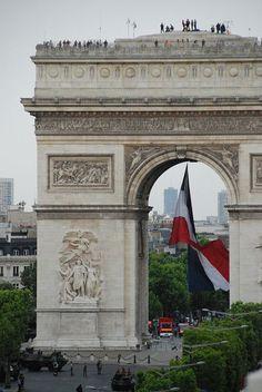 Arc de triomphe avec tricolore, Paris France