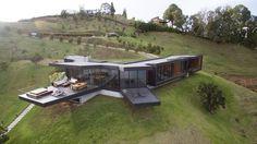 Cuando pensamos en una casa, en la idea de lo que ella significa, suelen venir a la mente imágenes conocidas de arquitecturas universales, homogéneas a muc