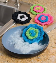 Flower Scrubbies - Crochet free pattern Le Sharp Have you seen these? Crochet Kitchen, Crochet Home, Love Crochet, Crochet Crafts, Yarn Crafts, Crochet Flowers, Knit Crochet, Crochet Style, Cotton Crochet