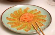 Uma noite japonesa é uma alternativa prática, descomplicada e ao mesmo tempo deliciosa para receber os amigos em casa. A mesa que mostraremos a vocês hoje foi pensada para uma noite assim, na companhia da família e de gente querida. Em vez de flores, os mais variados pratos, com o belíssimo colorido dos peixes e …