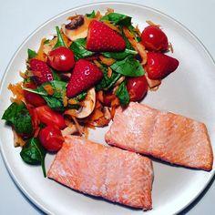 AFTENSMAD: ovnbagt laks og blandet salat med jordbær