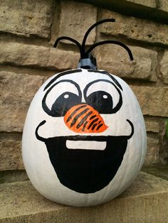 This Olaf Pumpkin is ideal for Halloween and Disney Frozen fans won't be able to wait to make him! Olaf Pumpkin, Disney Pumpkin, Pumpkin Art, Cute Pumpkin, Pumpkin Crafts, Pumpkin Ideas, Minion Pumpkin, Frozen Pumpkin, Pumpkin Painting Ideas Diy