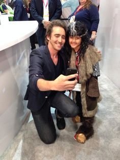 Thranduil (actor Lee Pace) makes peace with a young Thorin on the @Comic_Con floor! @leepace #TheHobbit #SDCC pic.twitter.com/gLsBiNF9tp