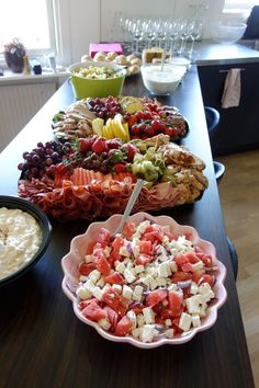 Kalasbuffe | Miranda Källhage | En matbuffe med med stora medelhavsfat, potatissallad, pastasallad, pajer, melon/feta sallad, brie, kex, bröd och tzatziki. Clem, Good Food, Yummy Food, Mothers Day Brunch, Party Food And Drinks, Tzatziki, Food Labels, Appetisers, Food Cravings