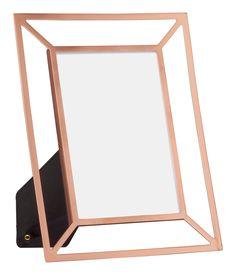 Kupferfarben. Rechteckiger Fotorahmen aus Metall mit Rückenstütze. Für Fotos bis zu 9,5x14,5 cm. Außenmaß 17x21 cm.