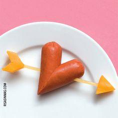 Si quieres sorprender a tu pareja, hazle está divertida comida. Un detalle divertido y original para San Valentín. ¿Qué necesitas? Una salchicha. Un espagueti. Un trocito de queso (para hacer la punta y la cola de la flecha)