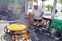 Restaurant Ayo met de eigenaar, die de heerlijkste Paella maakt in de omgeving.