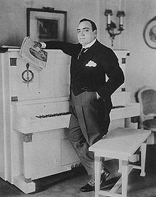 """Just Music. Enrico Caruso sings """"Santa Lucia"""" in this remastered recording with the Vienna Radio Symphony Orchestra. Kinds Of Music, Music Love, Art Music, Divas, North And South America, Santa Lucia, Vogue, Opera Singers, Conductors"""