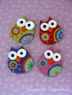 Jacaranda Artesanias Meghan likes owls Clay Projects, Clay Crafts, Felt Crafts, Diy And Crafts, Ceramic Fish, Felt Owls, Polymer Clay Animals, Paperclay, Fused Glass Art