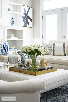 Living room styling ideas, this coffee table and ottoman vignette with oversized gold tray, design books and fresh florals. Coffee Table Styling, Decorating Coffee Tables, Coffee Table Ottoman, Ottoman Tray, Living Room Styles, Living Room Decor, Style Salon, Ottoman Decor, Table Cafe