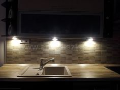 A konyhaszekrény aljára szerelt háromszöglámpák egykor nagyon kedveltek voltak. Szép fényhatást adnak, a lámpák kis helyet foglalnak.  G4 izzóval működtethetőek és szerencsére 2018-ban már ledes verzió is kapható az energiatakarékosság jegyében.   Kanlux Zepo piramislámpák konyhai pultvilágításhoz halogén vagy led izzóval az ANRO-nál.