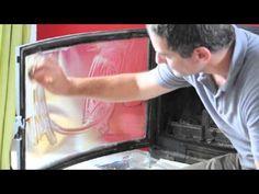 Tuto : nettoyer un insert de cheminée avec du papier journal et des cendres. Une solution efficace et économique.