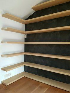 Boekenkast op maat. Eiken gefineerde legplanken blind gemonteerd aan de wand. Ontwerp en uitvoering door Rooos Design - meubels en interieur.