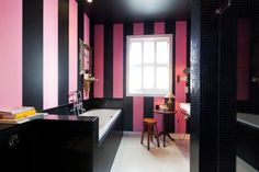 VINTAGE CHIC: decoración vintage para tu casa · vintage home decor: Decorando con negro [] A black bold palette Pink Bathrooms Designs, Interior And Exterior, Interior Design, Interior Paint, Bathroom Colors, Bathroom Pink, Bathroom Ideas, Funky Bathroom, House Design Photos