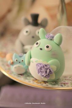 Totoro wedding cake topper #cute #handmadecaketopper #customcaketopper #claydoll #kikuikestudio #ceremony #weddingideas #bridalshower #gift #bouquet #cakedecoration #中トト #トトロ