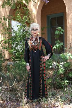 Middle eastern dress meats western accessories Great look style for older women aging gracefully Gretchen Schields (Advanced Style) Mature Fashion, Over 50 Womens Fashion, Fashion Over 50, Look Fashion, Fashion Clothes, Fashion Fall, Fashion Dresses, Fashion Trends, Moda Tribal