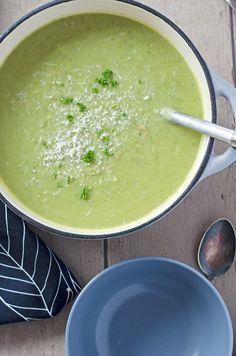 leckere, kalorienarme und sättigende Brokkoli-Käsesuppe mit Hack. Einfach gemacht, schnell auf dem Tisch. //low calorie broccoli-cheese soup with ground meat. Recipe also in english!