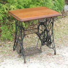 Singer Machine à coudre pédale tableau Steampunk Cast Iron Repurposed Table Antique en bois haut de la page