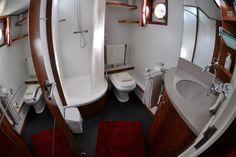 Ruime badkamer op #hotel Yacht 'Miro'.