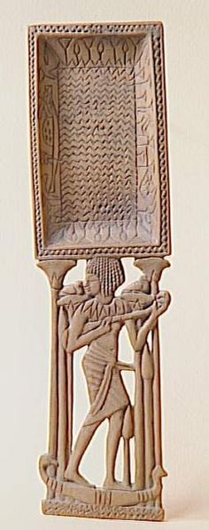 Cuiller à fard. Silhouette de jeune fille montée sur une barque de papyrus dont la proue et la poupe sont ornées d'une tête de canard. Période : 18e dynastie (vers 1550-1295). Lieu de découverte : Gournah (site) (origine). Paris, musée du Louvre