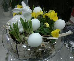W tym roku na wielkanocnym stole zagoszczą kwiaty, naturalne pisanki i subtelne dekoracje. Barokowe ozdoby i chłodny minimalizm odeszły do lamusa.