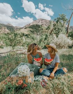 A nice spring picnic. Picnic Pictures, Friend Pictures, Cute Pictures, Shotting Photo, Summer Aesthetic, Summer Picnic, Friend Photos, Photography Poses, Sister Photography