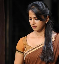 Anushka Shetty Hot Saree Photos