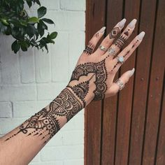 50 Most beautiful Rome Mehndi Design (Rome Henna Design) that you can apply on your Beautiful Hands and Body in daily life. Cool Henna Tattoos, Henna Nails, Henna Ink, Henna Tattoo Hand, Herz Tattoo, Henna Tattoo Designs, Henna Mehndi, Mehndi Designs, Mehendi