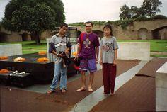 sur le tombeau de GANDHI à Delhi