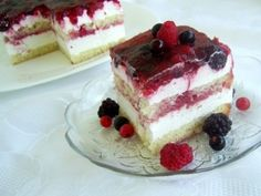 Strawberry Shortcake Cake (Under 10 Ingredients) - Little Broken Romanian Desserts, Russian Desserts, Strawberry Cakes, Strawberry Recipes, Strawberry Shortcake, Strawberry Fields, Food Cakes, Cupcake Cakes, Easy Desserts