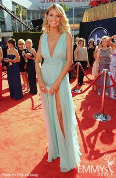 Heidi Klum arrives at the 64th annual Primetime Emmy Awards in a Alexandre Vauthier gown.