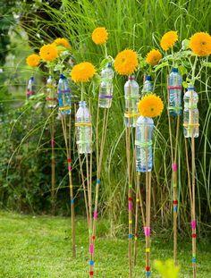 Zu einer gelungenen Gartenparty gehört auch die passende Deko. Wie wäre es mit Sonnenblumen, die mit Bambusrohren und Plastikflaschen zu bunten Gartenfackeln werden?