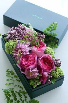 Boite avec des fleurs sur éponge