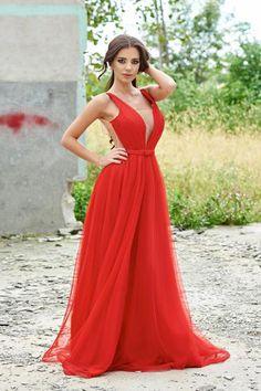 Rochie de ocazie cu decolteu in v Ana Radu rosie cu tul accesorizata cu o fundita - http://hainesic.ro/rochii/rochie-de-ocazie-cu-decolteu-in-v-ana-radu-rosie-cu-tul-accesorizata-cu-o-fundita-0b24a742b-starshinersro/
