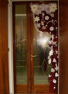 Porta con addobbi natalizi realizzati a mano.