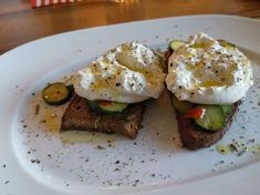 Burrata auf gebackenem Bauernbrot und Chili-Zucchini Tapas, Avocado Toast, Zucchini, Chili, Eggs, Breakfast, Food, Browning, Peasant Bread