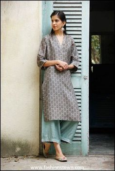 While ethnic outfits looks great, we agree at times it's difficult to style them! Read on to see how to wear ethnic outfits to college & look chic. India Fashion, Ethnic Fashion, Asian Fashion, Punk Fashion, Lolita Fashion, Indian Look, Indian Ethnic Wear, Indian Style, Kurta Designs