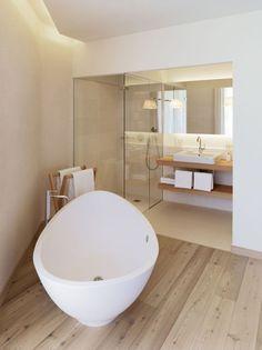 Une très belle salle de bains moderne et épurée, rappelant la tendance scandinave. Le bois, très présent, apporte une touche très calme et reposante.