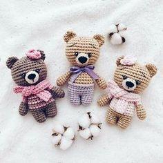 Little bears amigurumi Everyone needs a little crochet bear. Here is a free teddy bear amigurumi pattern to make a cute toy. Crochet Patterns Amigurumi, Amigurumi Doll, Crochet Dolls, Crochet Easter, Cute Crochet, Small Crochet Gifts, Crochet Bear Patterns, Crochet Animals, Crochet Cats