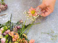 Så gör du en egen midsommarkrans: Steg för steg | Leva & bo Floral Wreath, Home Decor, Creative, Flower Crowns, Interior Design, Home Interior Design, Home Decoration, Decoration Home, Interior Decorating