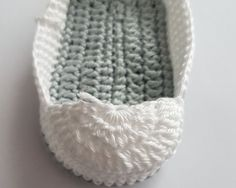 Free crochet pattern baby shoes for newborns! - Baby shoes You need: Crochet hook no. crochet thread: colors) Abbreviations: chain s - Crochet Baby Cardigan, Crochet Baby Boots, Booties Crochet, Crochet For Boys, Crochet Shoes, Free Crochet, Crochet Pattern, Crochet Yarn, Knitted Baby