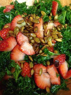 qué tal esta ensalada para estos tiempos de calor: Ensalada de fresas con semilla de calabaza tostada!