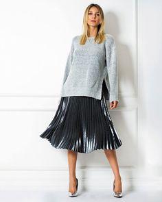 Friozinho de noite? Combine nossa sai plissada metalizada com uma tricot de manga longa   Tricot ref. 05514 – Saia Ref. A760   SHOP NOW: http://www.amissima.com.br/