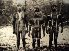 Hombres pintados para la escena Kewánix de la ceremonia del Hain. Toin a la izquierda. Foto de Martin Gusinde, 1923.